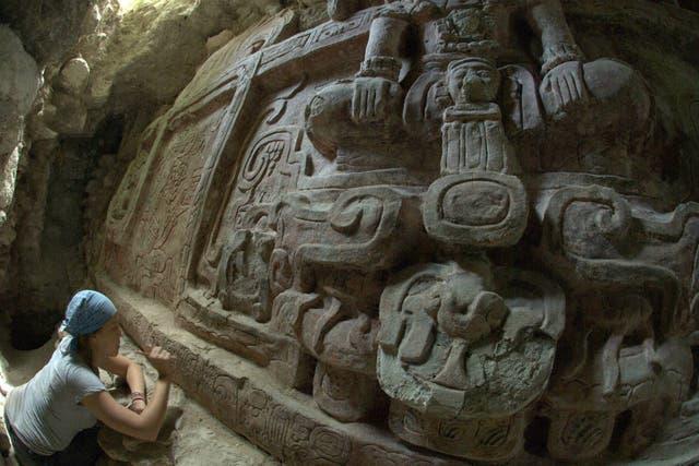 el friso, de 8 metros de largo por 2 de ancho, fue hallado en una pirámide maya que data del año 600 después de Cristo