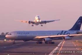 El momento en el que el avión de Aerolíneas cruza la pista en la que otro está aterrizando
