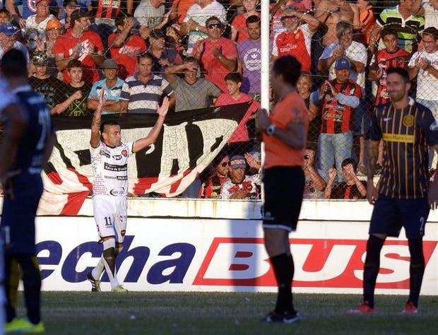 Fernando Telechea festeja en el fondo su gol; lo observa Beligoy y lo lamenta Donatti