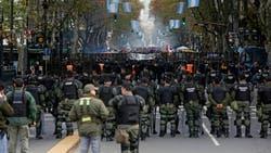 Vallas, mucha seguridad y poca concurrencia en la Plaza de Mayo
