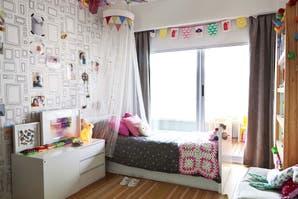 Un cuarto de nena con detalles de color