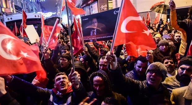 Turquía pide a Holanda disculpas por trato a ministros y manifestantes