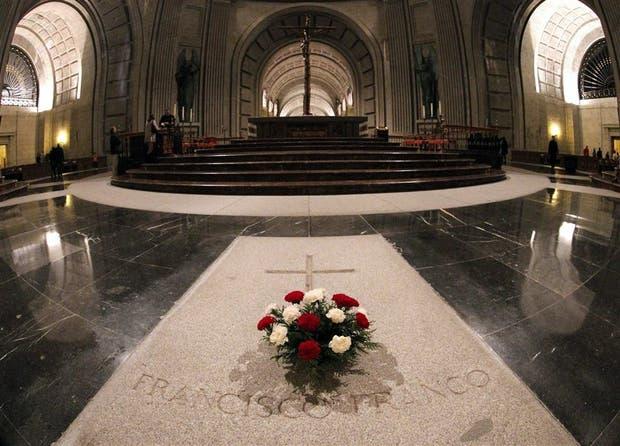 La lápida del dictador en el santuario de la guerra