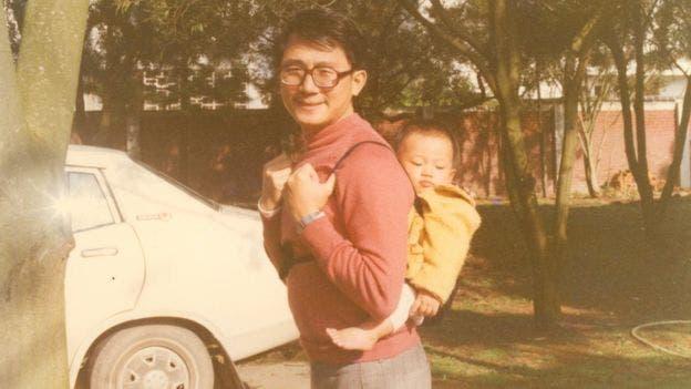Chang, visto aquí con uno de sus hijos en Taiwán antes de su deserción, disfrutaba de una vida cómoda en ese momento