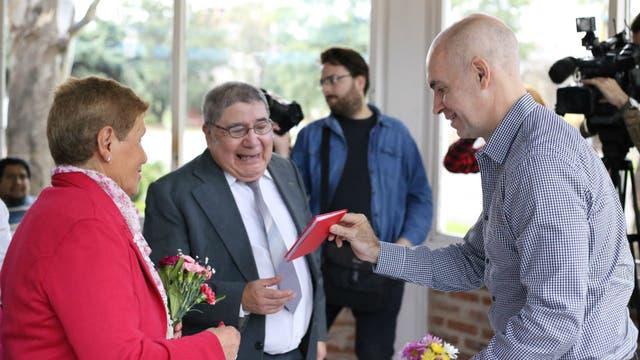 Horacio Rodríguez Larreta les entrega la libreta de casamiento a Felina y Rafael