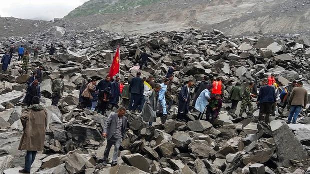 Al menos cien personas quedaron sepultadas luego de un desplazamiento de tierra en China