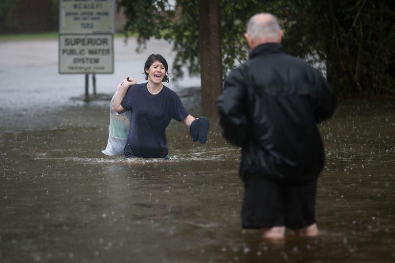 Crystal Hawthorne llama a su padre Charles mientras evacúa su casa en Spring, Texas.. Foto: AP