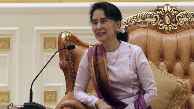 Suu Kyi reapareció ayer en público en el palacio presidencial de Naypyidaw