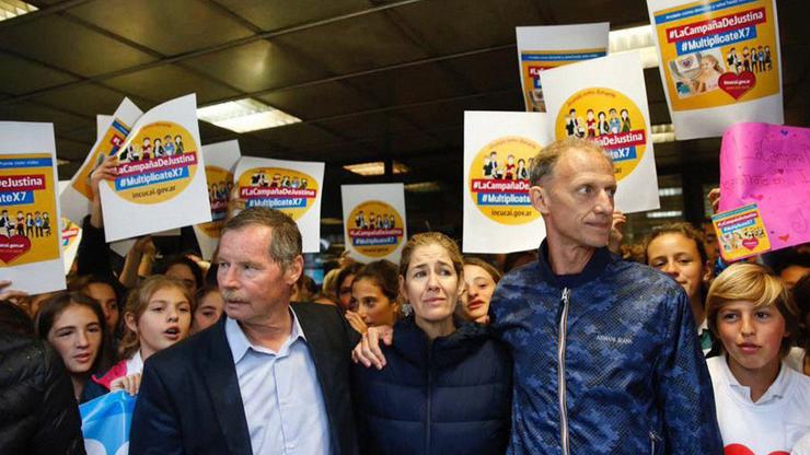 Los padres de Justina, con Juan Carr y amigos, hicieron un abrazo simbólico