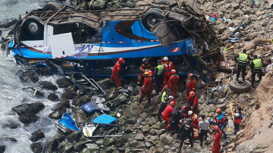 Al menos 25 muertos al caer autobús a abismo en Perú