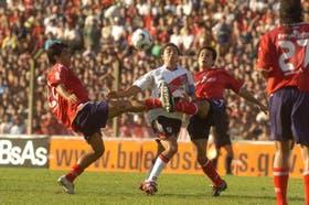 Las piernas de Carrizo y Armenteros le cierran el paso a Gallardo; el clásico tuvo más lucha que juego