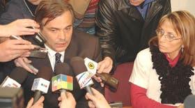 El ministro de Salud bonaerense, Claudio Mate, durante la conferencia de prensa en el hospital platense