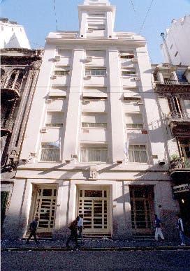 El frente de la AFA, donde en el tercer piso una reunión de dirigentes terminó con invitados indeseables: barrabravas