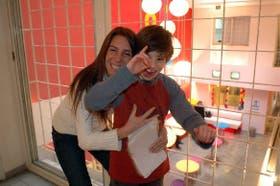Maximiliana Aubi abraza a su hijo Gianluca, de 10 años