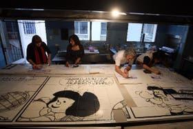 Un grupo de artistas traslada las creaciones de Quino a la pared