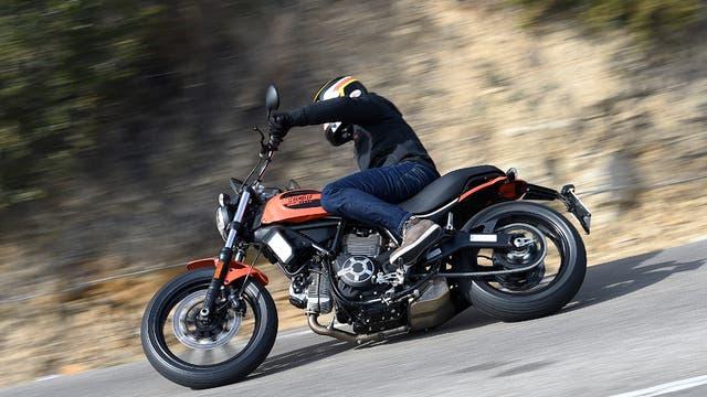Ducati Scramble: por su diseño clásico de los '60 y su motor de 800 cc, esta moto es una de las preferidas para los que pasan por la crisis de los 40.