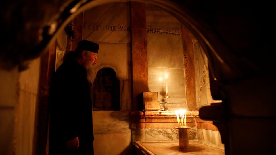 Un sacerdote ortodoxo griego se encuentra dentro del recientemente restaurado Ediculo. Foto: Reuters / Ronen Zvulun