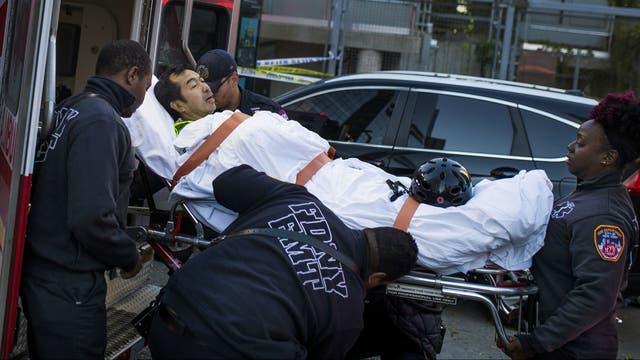 Traslado de un herido cerca del World Trade Center