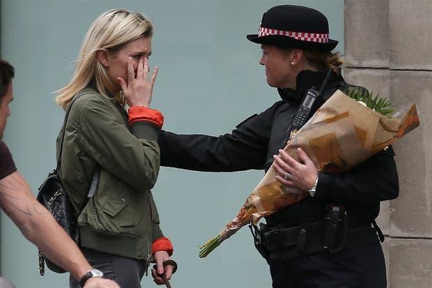 El consuelo de una policía a una londinense
