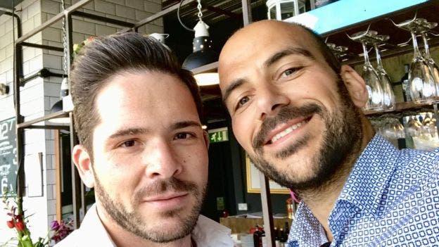 Carlos (izquierda) y Giovanni estaban en un restaurante donde un atacante apuñaló a una mujer