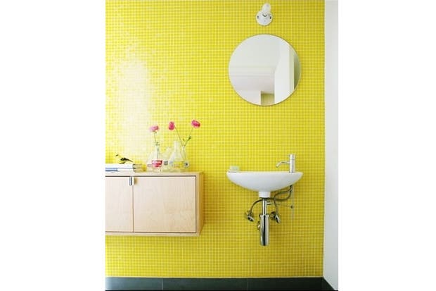 Mueble Baño Amarillo: que apuesta a las venecitas en un amarillo que no pasa desapercibido