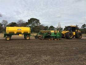 Una sembradora con el equipo para la siembra líquida