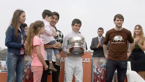 Falero y su última copa de Grupo 1, en el GP General San Martín