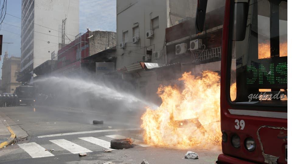 Disturbios en Once por el desalojo de los manteros de la avenida Pueyrredón. Un operativo policial impidió que ocuparan las veredas; por eso, cortaron la calle e incendiaron contenedores; al ser desplazados, hubo enfrentamientos y detenidos; negocian una reubicación. Foto: LA NACION / Soledad Aznarez
