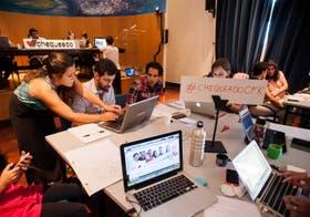 El equipo de Chequeado, ayer, durante el análisis en vivo del discurso de la Presidenta, en la Facultad de Derecho de la UBA
