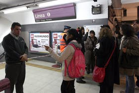 La policía impide la entrada a la Estación Independencia de la Línea E de subtes luego de que cayera sobre el andén un pedazo de mampostería