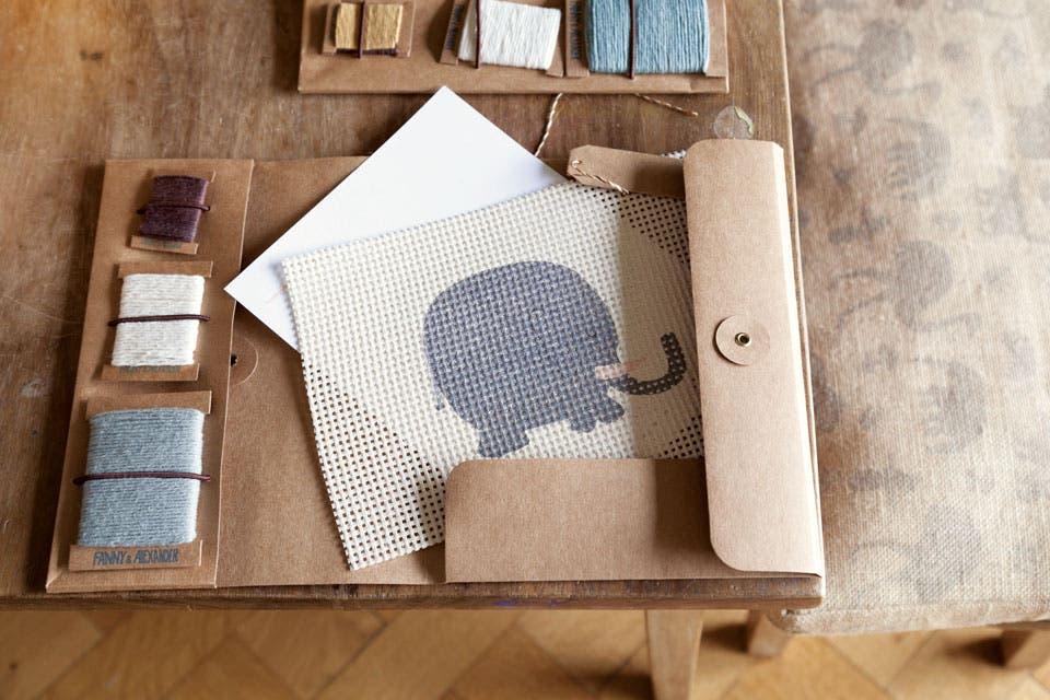 Set para bordado con base de madera, hilos de colores y carpeta de papel kraft (Fanny & Alexander).  /Magalí Saberian