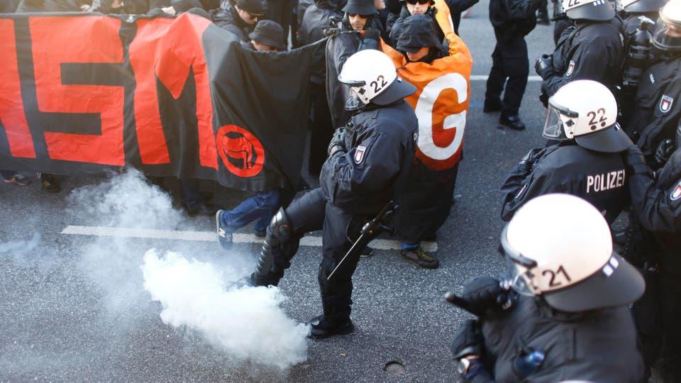 La policía desaloja una protesta contra el G-20 en Hamburgo. Foto: Reuters / Hannibal Hanschke