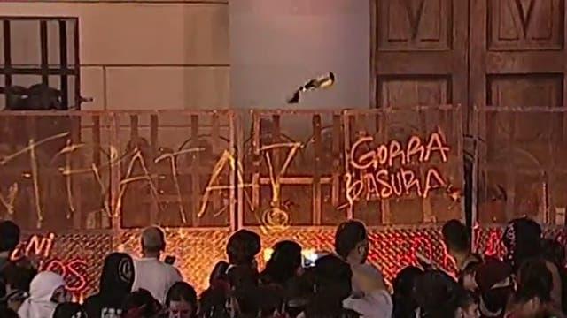 Incidentes en Plaza de Mayo: prenden fuego frente a la Catedral tras la marcha por los derechos de las mujeres