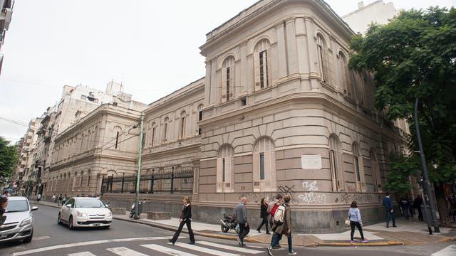 Escuela Onésimo Leguizamón. Funciona desde 1886 en Santa Fe y Paraná, en Recoleta. Fue diseñada por el marqués y arquitecto italiano Carlos Morra