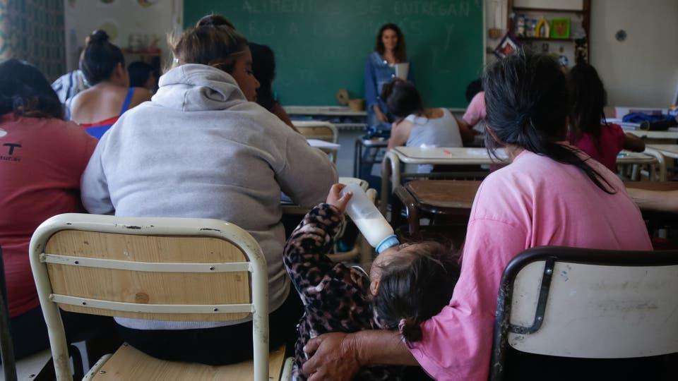 En la primaria Alegría Ahora estudian 40 alumnos de entre ocho y 69 años; las adicciones y las agresiones figuran entre los principales problemas. Foto: LA NACION / Diego Lima