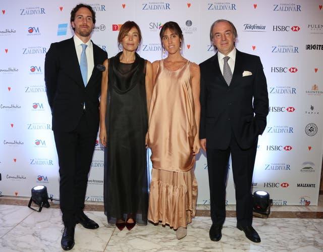La familia Zaldívar, anfitriones de la gala: Roger, Estela, Mercedes (otra de las que eligió el nude para la noche) y Roberto