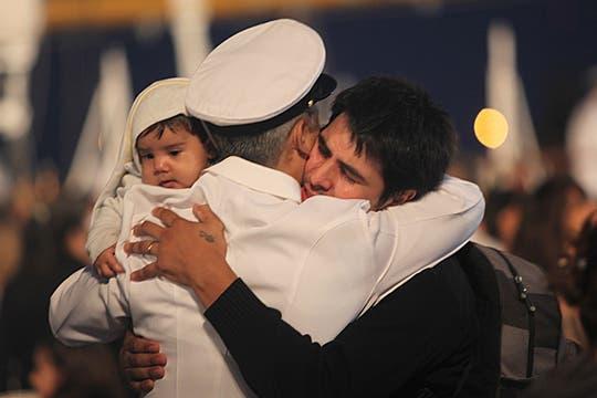 Mucha emoción en el reencuentro entre los marineros y sus familiares. Foto: LA NACION / Guadalupe Aizaga