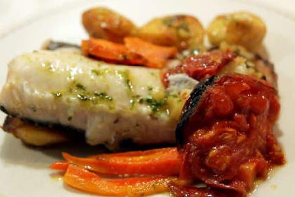 Receta de merluza con verduras al horno la nacion for Cocinar filetes de merluza