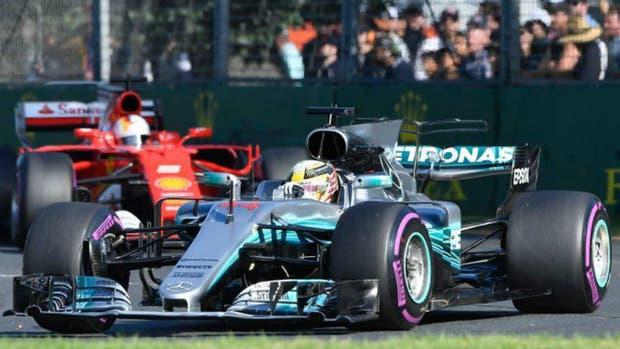 Hamilton, al frente; Mercedes tiene ventaja, aunque Vettel lidera el torneo