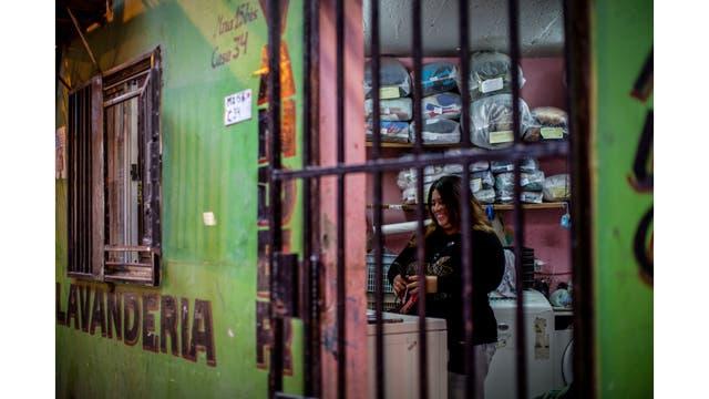 Tania, de Perú, en su lavandería