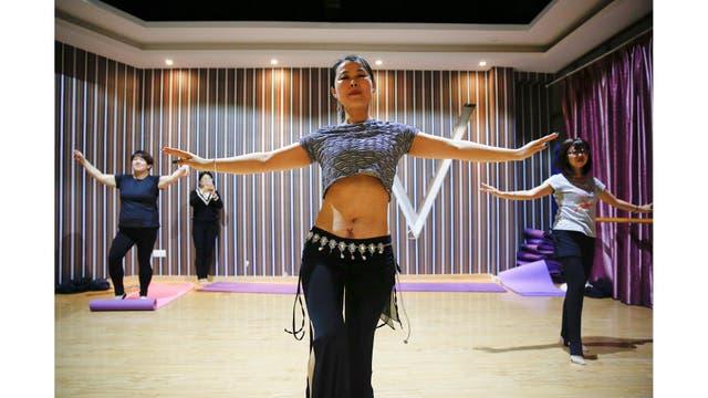 Grace Yuan, de 34 años, madre de una hija de 3 años, en una clase de baile en Kunshan, cerca de Shanghai
