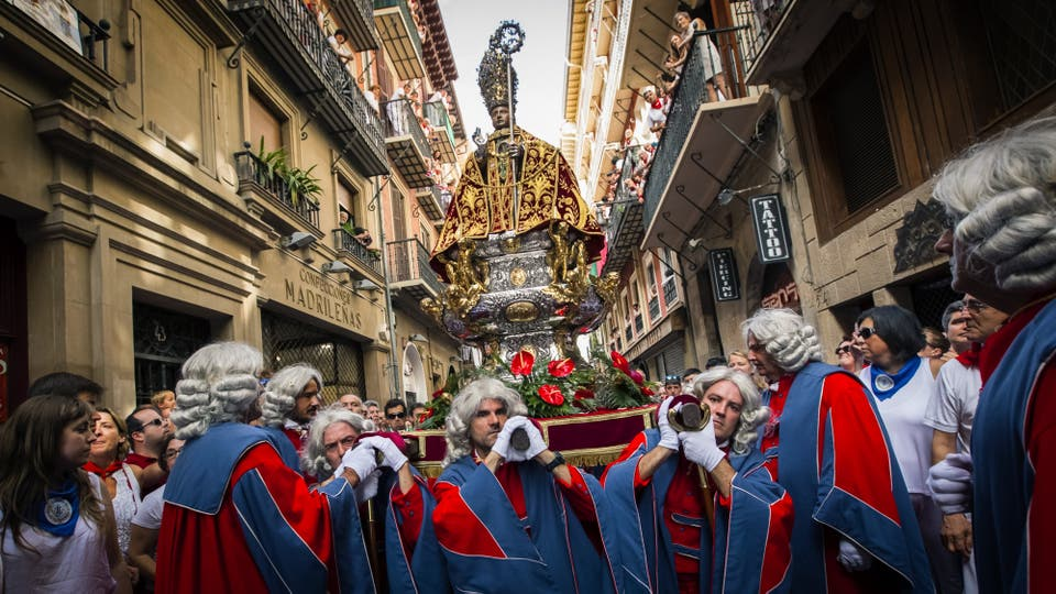 Miles de personas en las calles y balcones de Pamplona para acudir a la tradicional procesión a San Fermín. Foto: EFE / Villar López