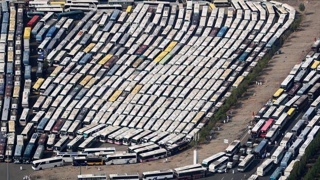 Los micros que acercaron a los peregrinos a La Meca vistos desde el aire