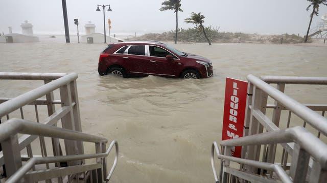 Un auto abandonado en medio de la tormenta en Fort Lauderdale