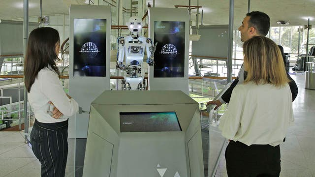 En el hall principal está Galibot, un robot que demanda la atención de los visitantes