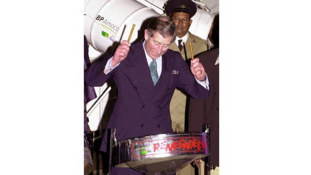 En Pan Yard en Puerto España, la capital de Trinidad,se unió a un grupo de músicos y se puso a tocar un tambor