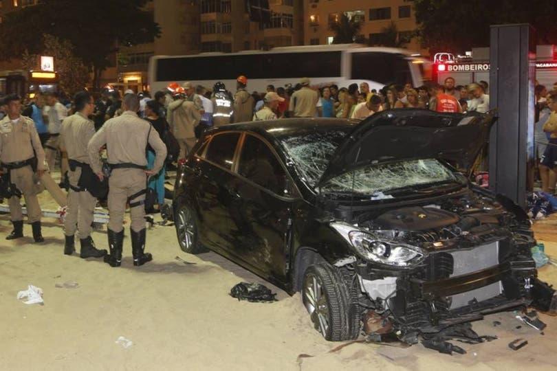 Auto invade paseo de Copacabana y deja al menos 15 heridos