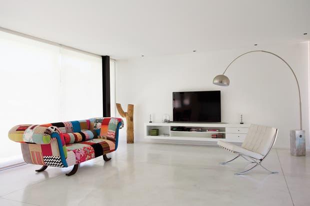 Una propuesta minimalista con toques de color living for Casa minimalista living