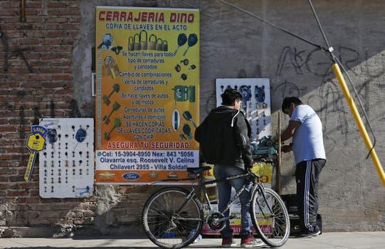 Villa Celina. La avenida Olavarría, donde se concentra la actividad comercial; es un enclave boliviano (y, en mucho menor medida, peruano), pegado a la Ricchieri; casi todas las operaciones se hacen en negro. Foto: Fabián Marelli