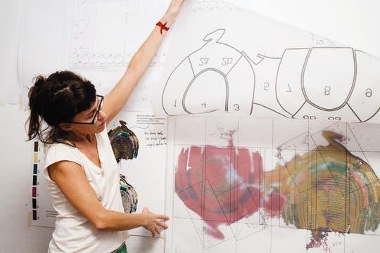 Planing. Julieta Acar, en la primera etapa del proceso, entre plantillas y pruebas cromáticas. Foto: Graciela Calabrese y Martín Lucesole